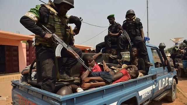 חיילים מהכוח האפריקני עוצרים בוזזים (צילום: AFP) (צילום: AFP)