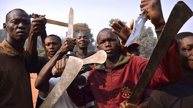 נוצרים מפגינים כוח עם מצ'טות בבנגוי (צילום: AFP) (צילום: AFP)