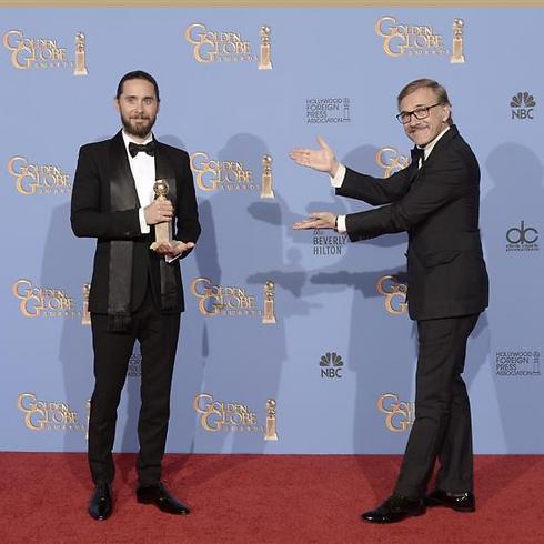 כריסטוף וולץ מציג את ג'ארד ליטו והפרס שלו (צילום: AFP) (צילום: AFP)