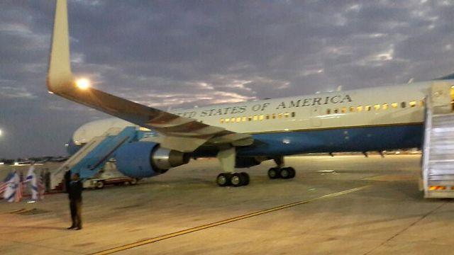 """מטוסו של סגן נשיא ארה""""ב הבוקר בנתב""""ג (צילום: רשות שדות התעופה) (צילום: רשות שדות התעופה)"""