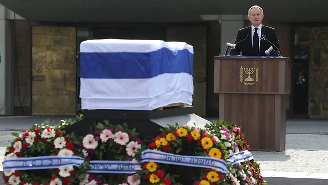 Tony Blair bids Ariel Sharon farewell (Photo: Gil Yohanan)