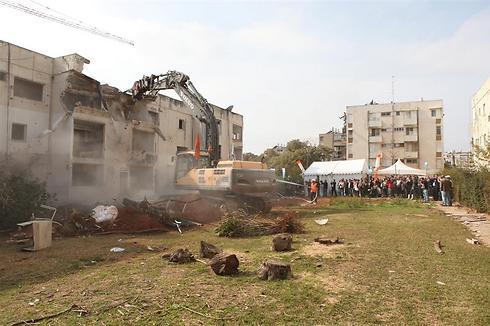 מתחילים בהריסת הבניינים (צילום: חן גלילי)