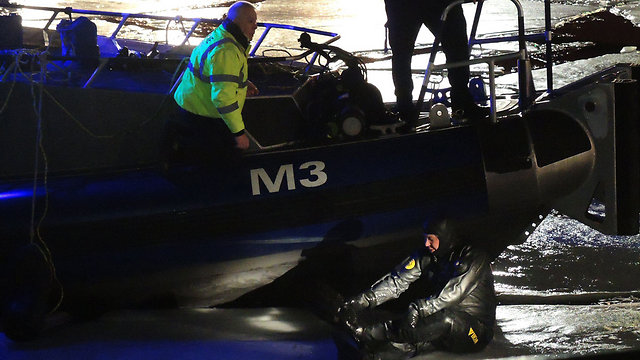 צעירה שניסתה לעזור נעדרת. צוללן משטרה בנהר שיקגו (צילום: MCT) (צילום: MCT)