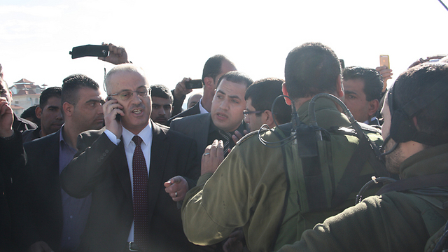 A crowd gathers around Palestinian PM Hamdallah (Photo: Studio Farah, Ramallah)