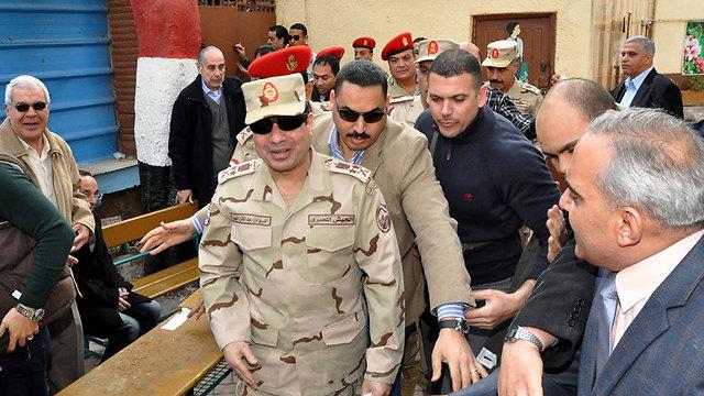 """מצביע נגד """"האחים המוסלמים"""". א-סיסי משתתף במשאל העם בקהיר (צילום: EPA) (צילום: EPA)"""