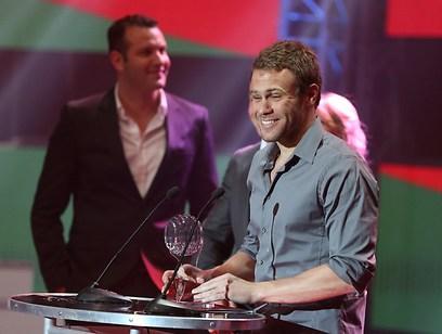 גל נבו מקבל משמעון גרשון את פרס הספורטאי האולימפי המצטיין (צילום: ראובן שוורץ) (צילום: ראובן שוורץ)