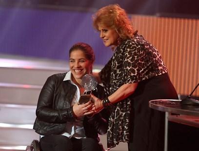 ענבל פיזרו מקבל את פרס הספורטאית הפראלימפית המצטיינת (צילום: ראובן שוורץ) (צילום: ראובן שוורץ)