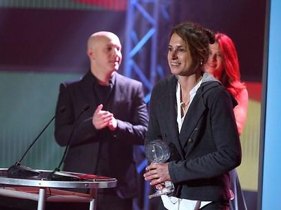 לי קורזיץ מקבלת את הפרס (צילום: ראובן שוורץ) (צילום: ראובן שוורץ)