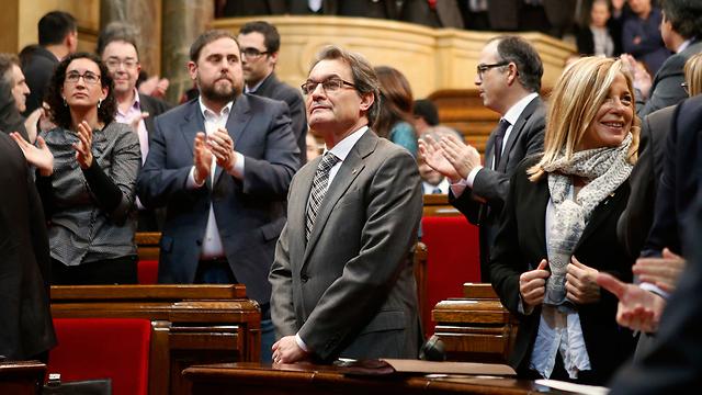 רוצה מדינה עצמאית לחלוטין. נשיא הממשלה הקטלונית.ארתור מאס (במרכז) (צילום: רויטרס) (צילום: רויטרס)