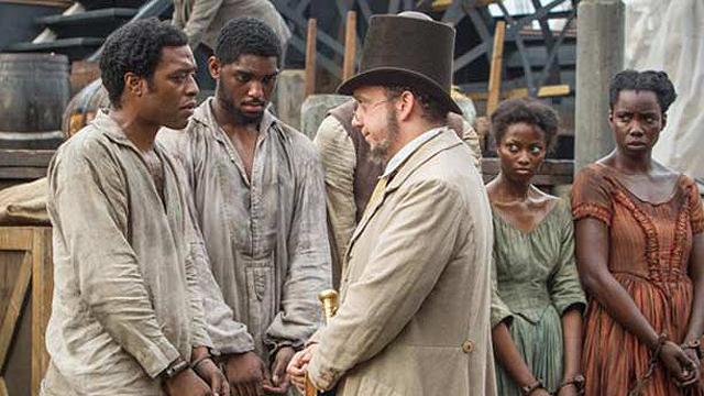 """פול ג'יאמטי סוקר את העבדים ב""""12 שנים של עבדות"""" ()"""