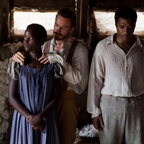 """מייקל פאסבנדר מנצל את לופיטה נגיונגו ב""""12 שנים של עבדות"""" ()"""