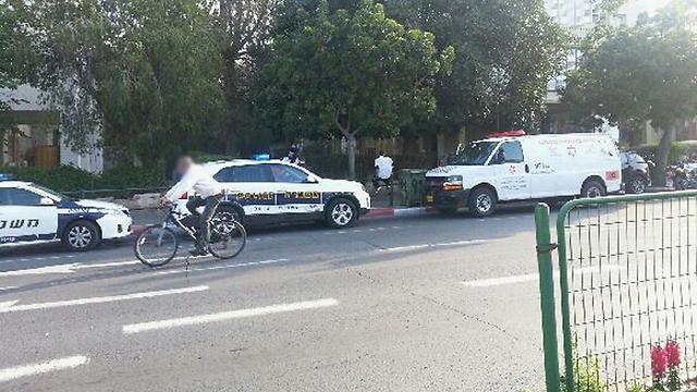 """כוחות מד""""א ומשטרה ליד בית הנרצחת ()"""
