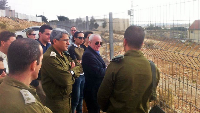 Efroni during tour, with Attorney General Yehuda Weinstein (Photo: IDF Spokesperson's Unit)  ( Photo: IDF Spokesperson's Unit)