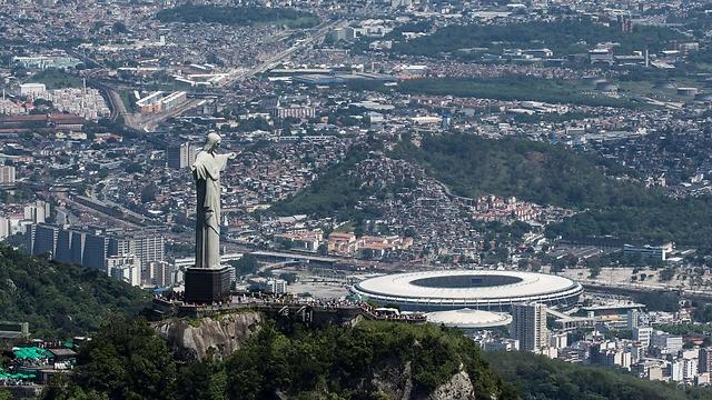 הפסל משקיף על העיר בימים בהירים יותר (צילום: AFP)