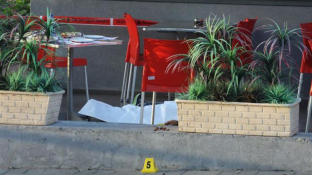 זירת הרצח בבת ים. אוקטובר 2011 (צילום: עופר עמרם) (צילום: עופר עמרם)