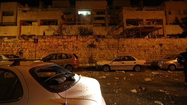 גם המכוניות ברחוב ניזוקו (צילום: גיל יוחנן)