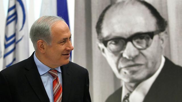 בגין הדגיש את האוניברסליות של לקחי השואה. נתניהו על רקע תמונת ראש הממשלה המנוח (צילום: רויטרס) (צילום: רויטרס)
