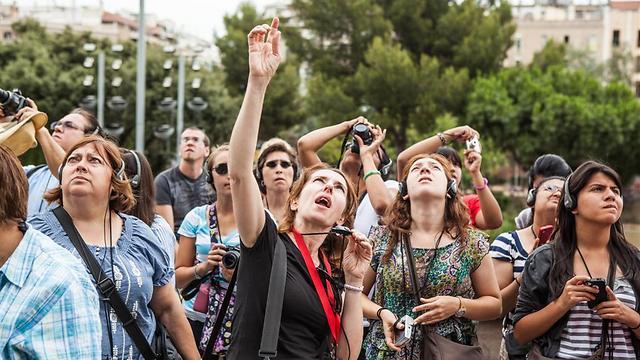 רק נותנים טיפ ויש לכם סיור. קבוצה מודרכת בברצלונה (צילום: shutterstock) (צילום: ) (צילום: )
