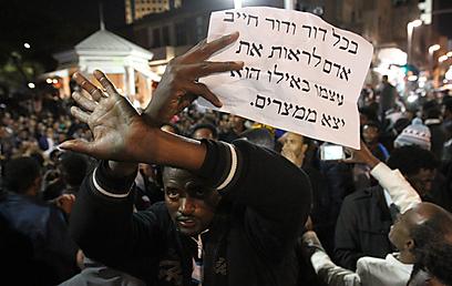 דרוש: רב שיצעד עם הפליטים כשספר תורה בידו (צילום: עידו ארז) (צילום: עידו ארז)
