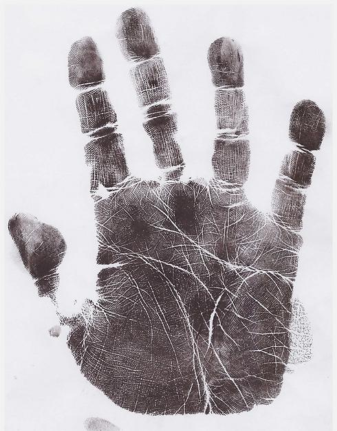 """תמונה 2: אצבע מורה ארוכה של סמנכ""""ל בחברת הייטק ()"""