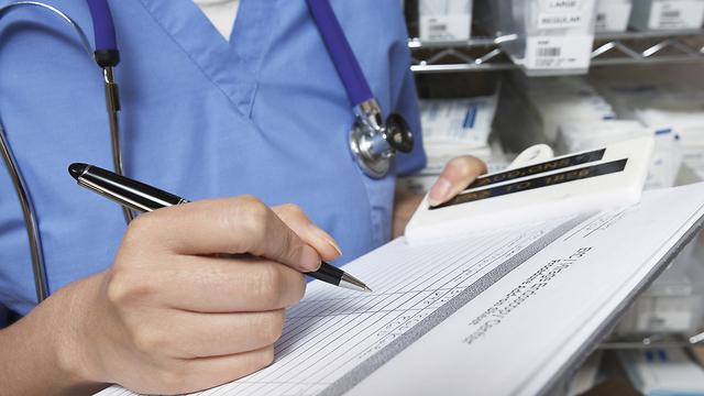 רופאים מודעים לכך שהדעה הראשונה עשויה להטות את דעתם (צילום: shutterstock) (צילום: shutterstock)