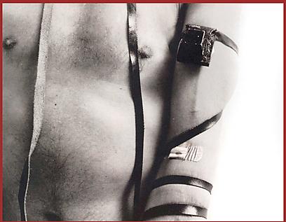 """היצירה """"עקדה"""": עדות למאבק הקהילה הגאה בנגיף האיידס (קרדיט: אלברט ווין, מוזיאון היברו יניון קולג') (קרדיט: אלברט ווין, מוזיאון היברו יניון קולג')"""