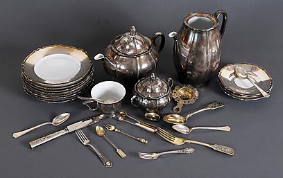 """""""פעם מרק בצל היה נחשב ל'אוכל של עניים'. פעם ספרים ישנים היו בביתו של מי שלא יכול היה להרשות לעצמו"""". כלי תה לבית האדמו""""ר מבויאן (צילום: קדם מכירות פומביות)"""