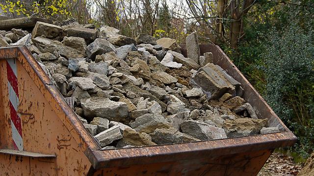 פסולת בניין. הציבור משלם על אוזלת היד (צילום: shutterstock) (צילום: shutterstock)