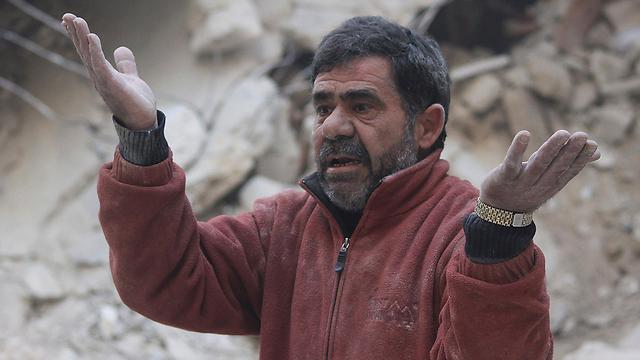 אדם שאיבד את ביתו בחלב. כ-8 מיליון הפכו פליטים (צילום: רויטרס) (צילום: רויטרס)