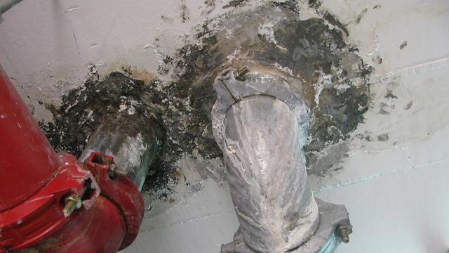 רטיבות שנגרמה כתוצאה מחיבורים כושלים של צנרת מים