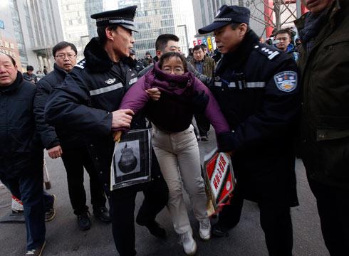 ליו צ'ונשיה, תומכת של שו, נעצרת על ידי המשטרה ליד בית המשפט (צילום: רויטרס) (צילום: רויטרס)