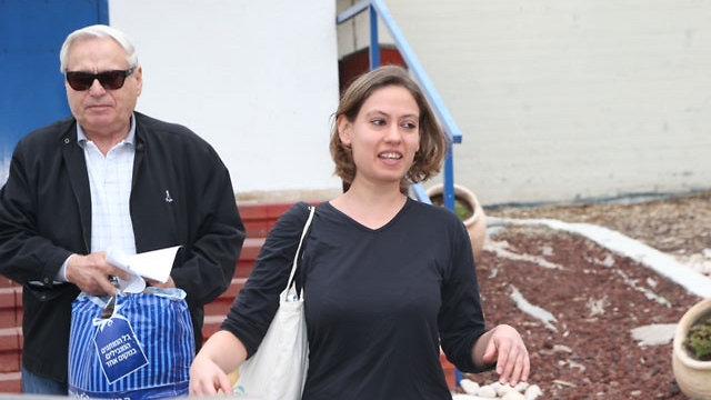 ענת קם בצאתה מהכלא (צילום: מוטי קמחי)