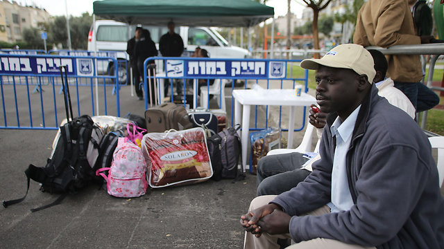 Asylum seekers waiting for transfer to Holot (Photo: Yaron Brener) ((Photo: Yaron Brener))