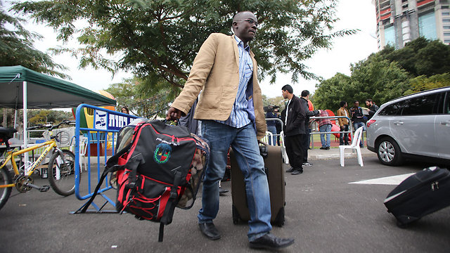 Asylum seekers preparing to leave for Holot (Photo: Yaron Brener) (Photo: Yaron Brener)