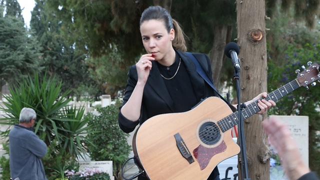 Rona Kenan, singing song by Tchernichovsky (Photo: Motti Kimchi) (Photo: Motti Kimchi)