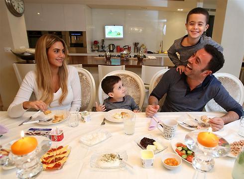זמן איכות - ארוחת ערב בבית משפחת נרקיס (צילום: שאול גולן) (צילום: שאול גולן)