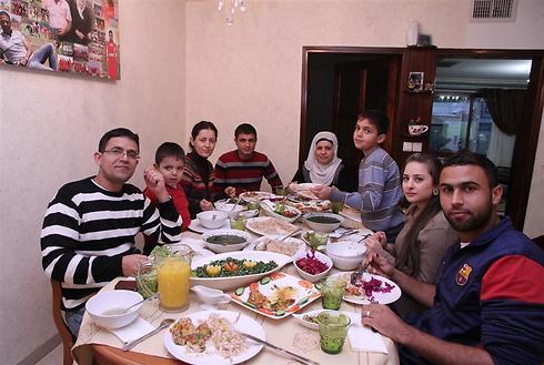 ארוחה עם המשפחה המורחבת - משפחת אבו סאלח (צילום: זהר שחר) (צילום: זהר שחר)
