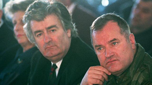קרדז'יץ' בשנות ה-90 עם המפקד רטקו מלדיץ', שנתפס בעצמו אחרי שנים של בריחה (צילום: AP) (צילום: AP)