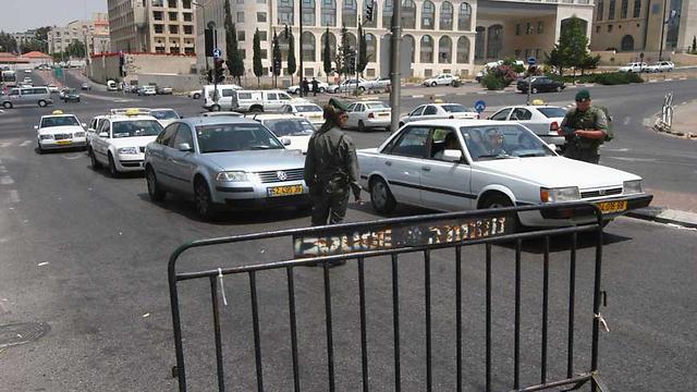 Jerusalem checkpoint set up after terror alert (Photo: Gil Yohanan)