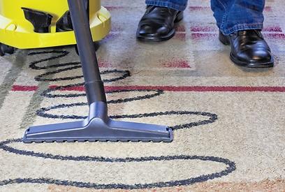 מנקים את השטיחים (צילום: Shutterstock) (צילום: Shutterstock)
