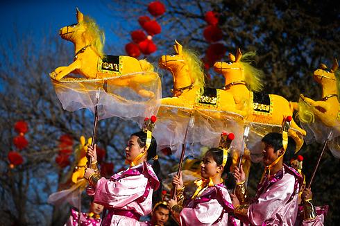 חיית המזל לשנת 2014. סוסים צהובים בבייג'ינג (צילום:  EPA)