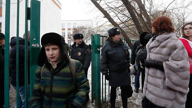 ילדים מפונים מבית הספר שהותקף (צילום: רויטרס) (צילום: רויטרס)