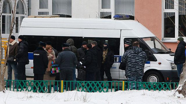 הורים מודאגים שהגיעו למקום (צילום: רויטרס) (צילום: רויטרס)