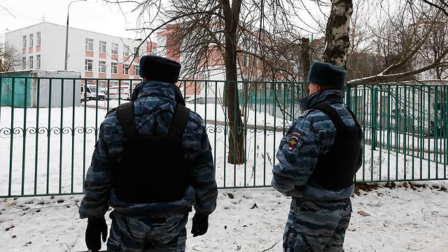 שוטרים מחוץ לכותלי בית הספר (צילום: רויטרס) (צילום: רויטרס)