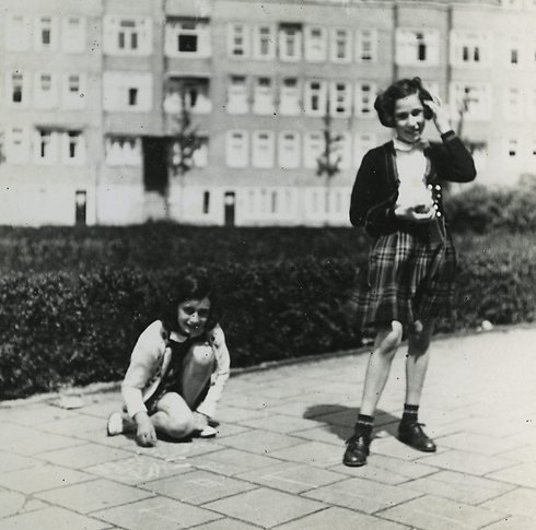 Anne Frank (L) and her sister (Photo: AP)