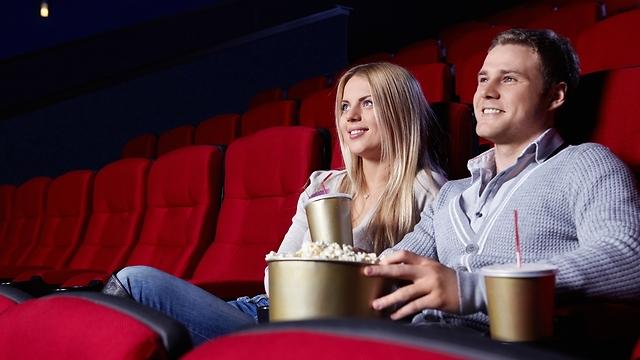 בחיים לא תתפסי אותנו מרעישים בקולנוע (צילום: shutterstock) (צילום: shutterstock)