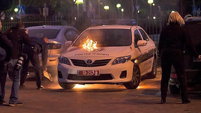 הניידת עולה באש (צילום: אנדריי לגנטוב - אשדוד נט) (צילום: אנדריי לגנטוב - אשדוד נט)