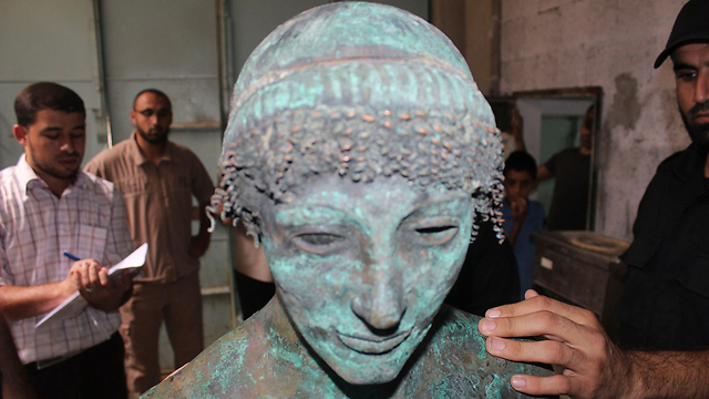 Hamas switfly seizes ancient statue (Photo: Reuters)