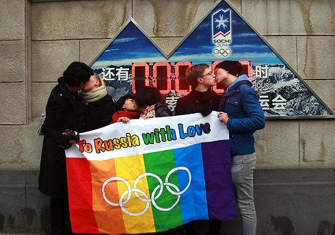 נשיקה חד-מינית בבייג'ינג (צילום: AFP) (צילום: AFP)