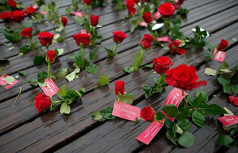 ורדים על גשר פריזאי (צילום: רויטרס) (צילום: רויטרס)